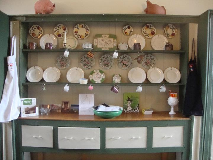 tearoom-dresser